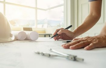 manos-ingeniero-que-trabajan-blueprint-concepto-construccion-herramientas-ingenieria-vintage-efecto-filtro-retro-tono-enfoque-suave-enfoque-selectivo_1418-602